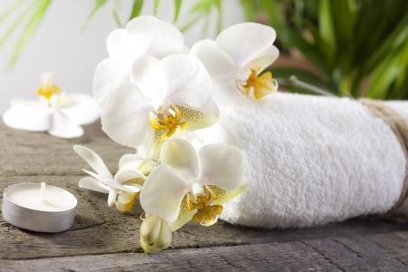 Orchideeën en handdoek op houten planken spa-concept Stockfoto