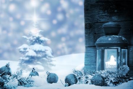 Kerstballen met lantaarn sneeuw en boom achtergrond concept Stockfoto