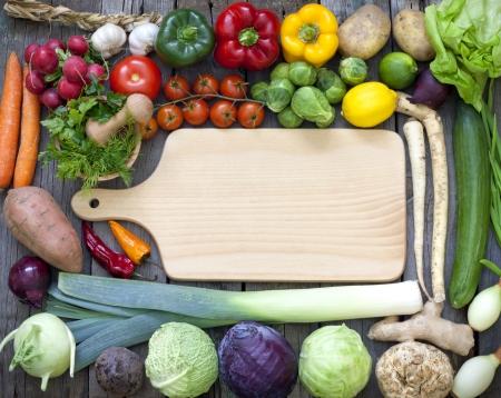 Groenten en kruiden uitstekende grens en lege snijplank