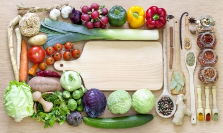 comida sana: Las verduras y las especias fronteras vendimia y tabla de corte vacía
