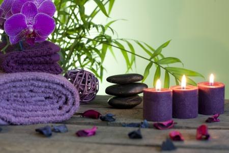 massage: Spa Stilleben mit zen stones aromatische Kerzen und Orchideen