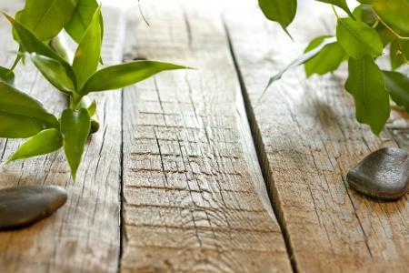Bamboe op houten planken met spa stenen achtergrond begrip