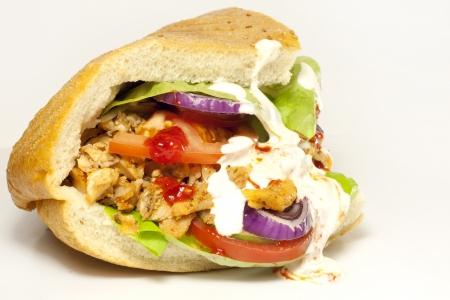 pinchos morunos: Bocadillo Kebab en el fondo blanco