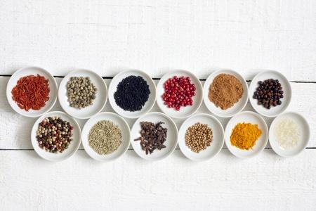 Specerijen en gedroogde groenten op wijnoogst wit planken