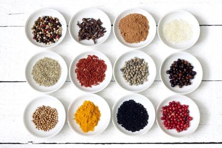 legumbres secas: Las especias y verduras secas en antiguos tablones blancos