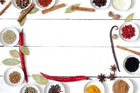 dried vegetables: Las especias y legumbres secas en los tablones vendimia Foto de archivo
