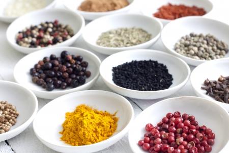 dried vegetables: Las especias y verduras secas en primer plano vendimia tablones blanco