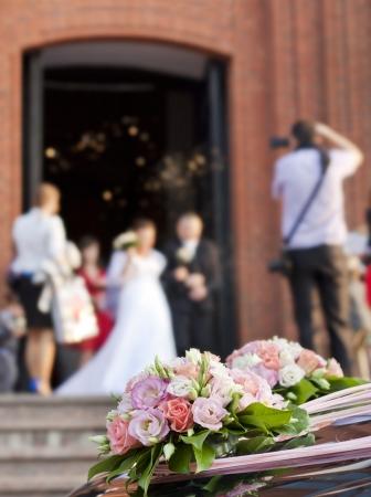 Bruid en bruidegom op kerk achtergrond begrip
