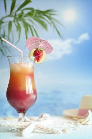 Cocktail en la playa con las estrellas de mar borrosa concepto de fondo Foto de archivo