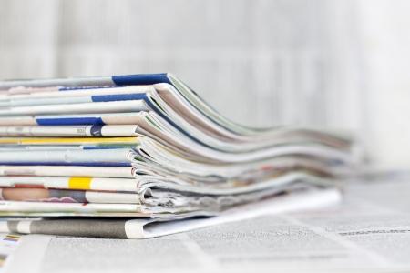 Zeitungen und Zeitschriften verschwommen Hintergrund Konzept Lizenzfreie Bilder