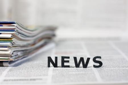 Nieuws brieven op kranten met onscherpe achtergrond, concept Stockfoto