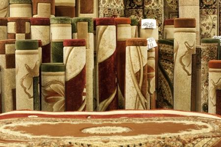 Bunte Teppiche in den Laden