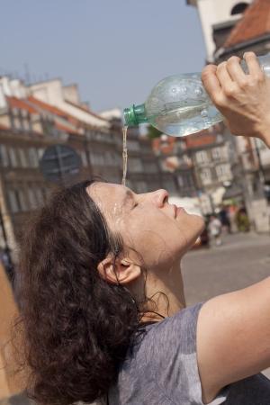 Verhit in de stad op straat in de broeierig hete zomerdagen begrip