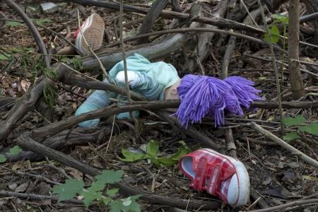 Forensische en onderzoek kind schoenen in het bos