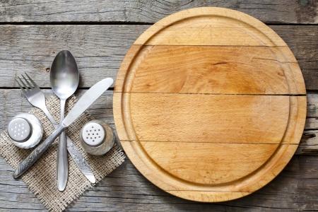 Bestek en vintage lege snijplank voedsel achtergrond begrip