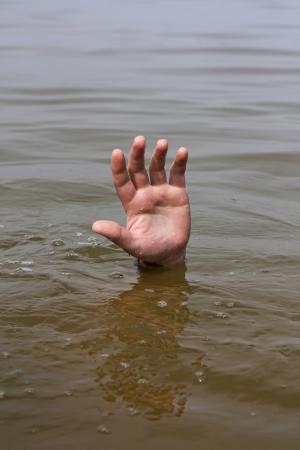 ahogarse: Mano del hombre que se ahoga espera ayuda en el lago