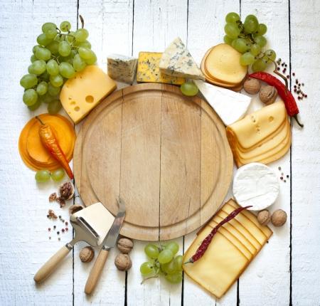 bandejas: Varios tipos de queso con un espacio vacío concepto de fondo