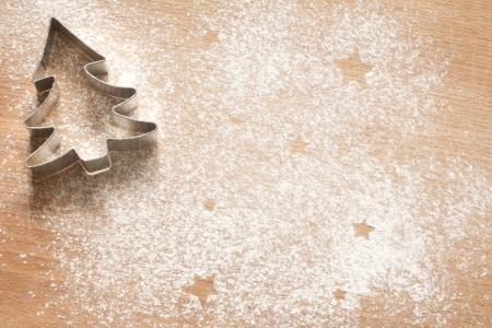 weihnachtskuchen: Abstrakte Weihnachtsnahrungsmittelhintergrund mit Plätzchen Formen und Mehl Lizenzfreie Bilder