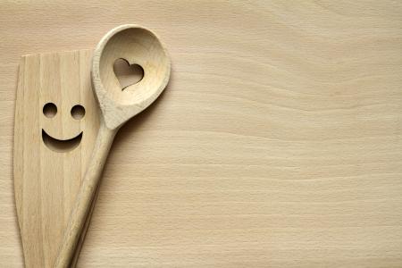 cuchara: Utensilios de cocina de madera en la tabla de cortar alimentos de fondo abstracto Foto de archivo