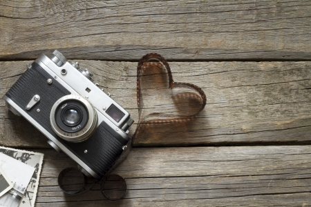 Old retro camera with heart love photography creative concept Standard-Bild