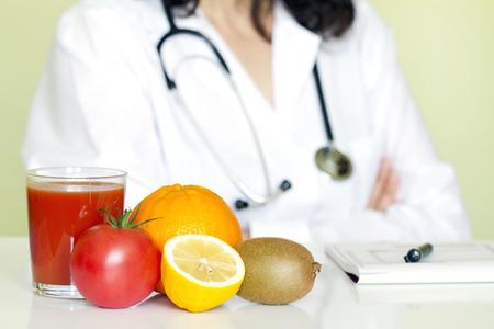 Doctor voedingsdeskundige in kantoor met gezonde vruchten dieet concept