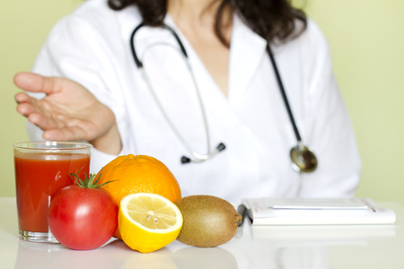 Doktor Ernährungsberaterin im Büro mit gesunden Früchte Diät-Konzept