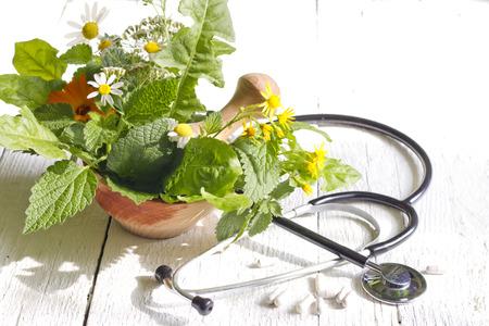 Verse kruiden en stethoscoop alternatieve geneeskunde concept Stockfoto