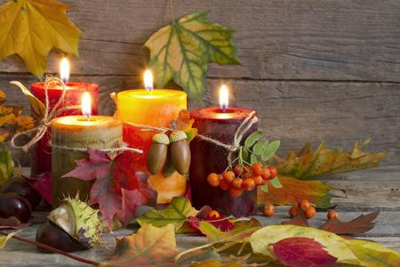 Herbst Kerzen mit Blättern vintage abstrakten Stillleben in der Nacht Standard-Bild - 32007892