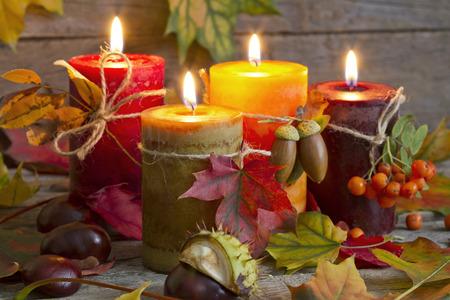 Herfst kaarsen met bladeren vintage abstracte stilleven in de nacht Stockfoto