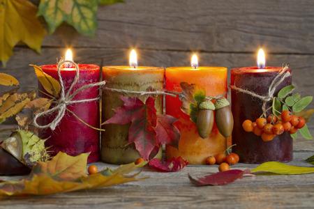 faroles: Velas del otoño con las hojas Resumen de época, la naturaleza muerta en la noche
