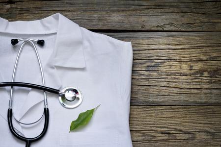 代替医療の聴診器と緑のシンボルの背景