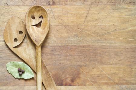 ustensiles de cuisine: Ustensiles de cuisine en bois sur une planche � d�couper la nourriture abstrait