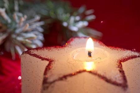 velas de navidad: Estrella de vela de Navidad en primer rojo Foto de archivo