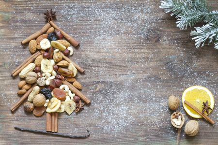 frutas deshidratadas: �rbol de Navidad con frutas secas y nueces fondo abstracto