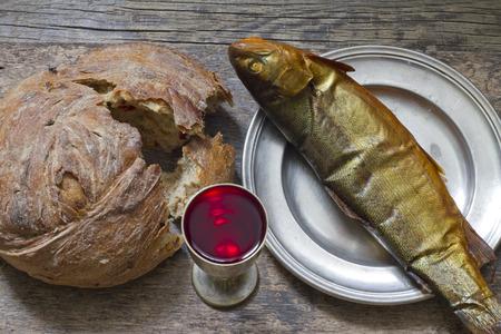 santa cena: Vino pan y pescado �ltima cena concepto abstracto Pascua Foto de archivo