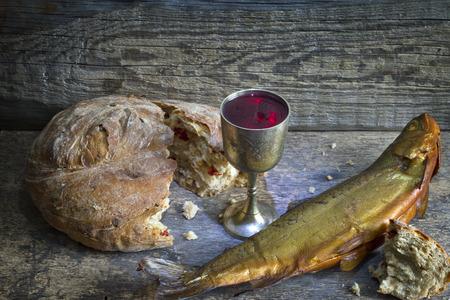 pan y vino: Vino pan y pescado �ltima cena concepto abstracto Pascua Foto de archivo