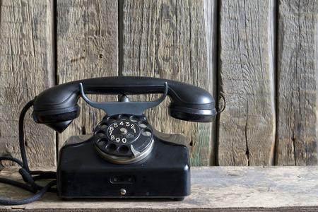 Oude retro telefoon op vintage planken Stockfoto