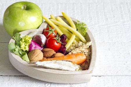 dieta sana: La comida sana en el coraz�n la dieta concepto abstracto