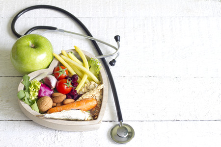 habitos saludables: La comida sana en el corazón la dieta concepto abstracto