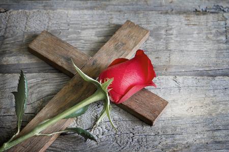 Kreuz und Rosen religion symbol abstraktes Konzept Standard-Bild - 40344277