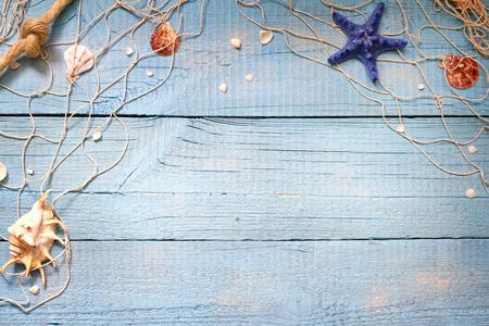 Schelpen op blauwe borden vakantie vakantie achtergrond abstract begrip