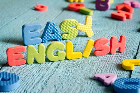 languages: Inglés es fácil concepto de aprendizaje con letras sobre tablas azules