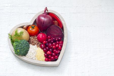 heart disease: La comida sana en la muestra del corazón del estilo de vida saludable Foto de archivo