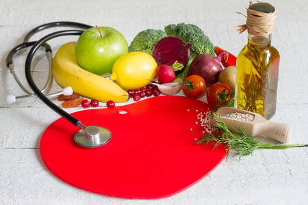 Voeding en gezond voedsel op een rood hart abstract concept Stockfoto - 48093830