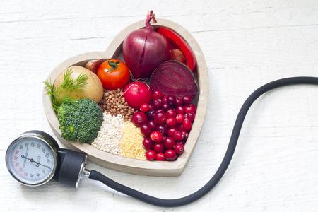 alimentacion: La comida sana en el corazón y la reducción de signo concepto de presión Foto de archivo