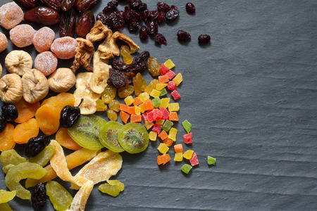Gekonfijte gedroogde gemengd assortiment van exotische vruchten op zwart marmer Stockfoto - 49746184