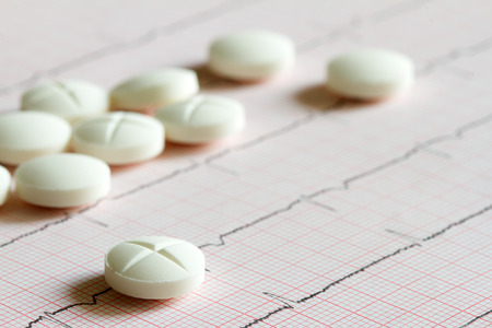 estetoscopio corazon: Las enfermedades del corazón símbolo abstracto con el cardiograma