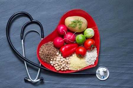 plato de comida: La comida sana en concepto de dieta de colesterol placa de coraz�n rojo Foto de archivo