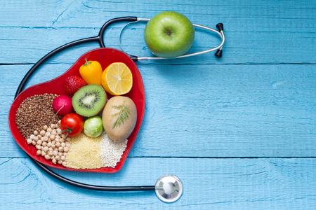 聴診器循環器概念と心皿の上の食べ物 写真素材