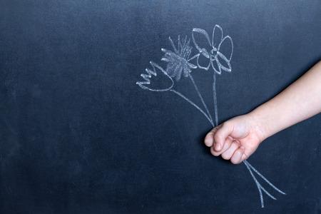 blackboard: Flores y concepto abstracto de fondo la mano del niño
